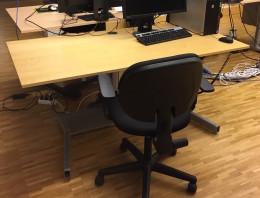 hoj-sankbart-skrivbord-1-pelare-i-bjork