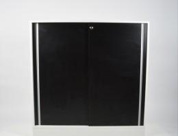 Förvaring med skjutdörrar i svart och vitt